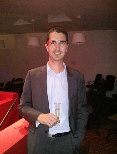 Ici, Thierry de Smart Focus (ex Emailvision), teste les Google Glass.